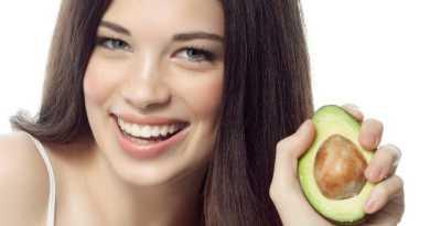 O óleo de abacate penetra facilmente no cabelo e é capaz de reter a hidratação dentro da fibra capilar, além de recuperar o dano sofrido pelos fios.